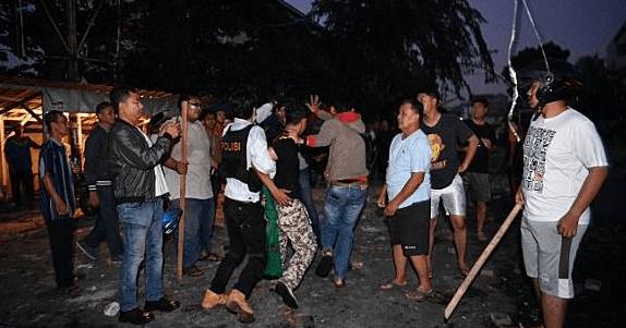 Polisi dan Warga Tangkap Terduga Pembakar Mobil di Asrama Brimob Petamburan.