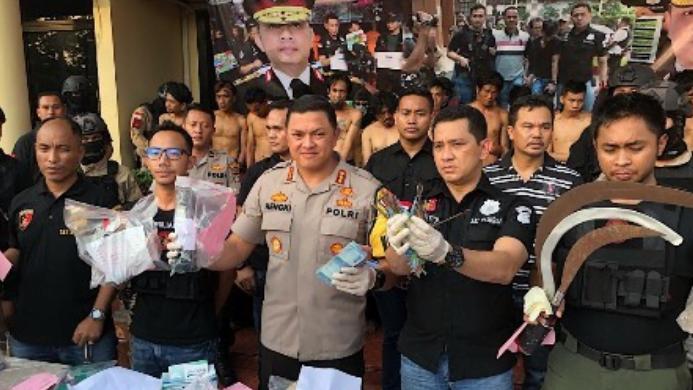 Kapolres Metro Jakarta Barat Kombes Hengki Haryadi (tengah) saat merilis penangkapan perusuh dan pembakar Asrama Brimob, Slipi, Jakarta Barat.