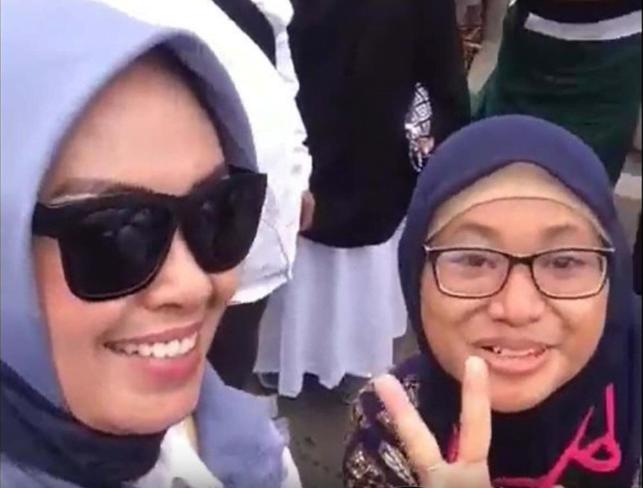 Dua wanita dalam video pengancaman pemenggalan kepala Joko Widodo. (Istimewa)