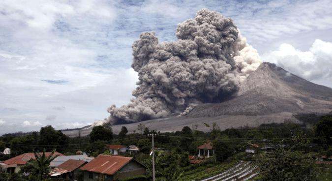 Gunung Sinabung erupsi.