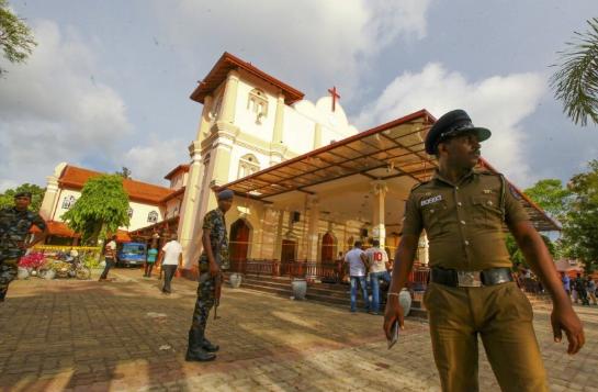 Polisi Sri Lanka dan militer berjaga di area Gereja.