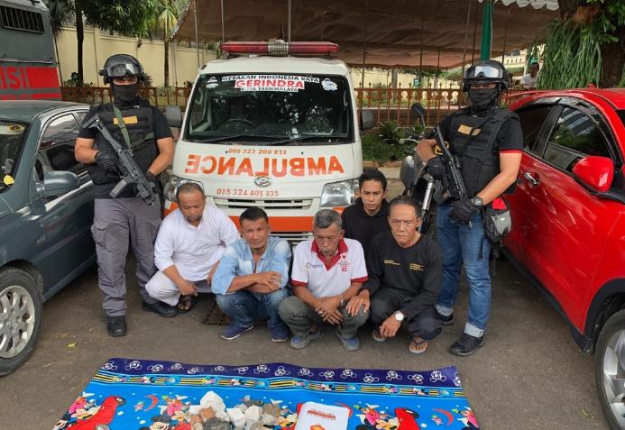 Lima orang tersangka kasus ambulans berisi batu.