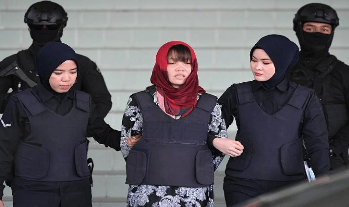 Doan Thi Huong (tengah), yang dituduh membunuh Kim Jong Nam, saudara tiri pemimpin Korea Utara Kim Jong Un, saat meninggalkan Pengadilan Tinggi Shah Alam dikawal oleh polisi, di luar Kuala Lumpur. (FOTO: MOHD RASFAN / AFP)