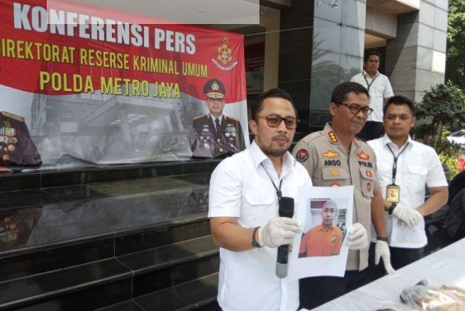 Wadir Reskrimum Polda Metro Jaya AKBP Ade Ary Syam Indradi menunjukkan foto HS, tersangka pengancam Presiden Jokowi.