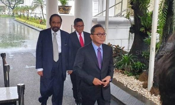 Ketua MPR Zulkifli Hasan (depan), Ketua Umum Partai Nasdem Surya Paloh, dan Sekjen PDIP Hasto Kristyanto.