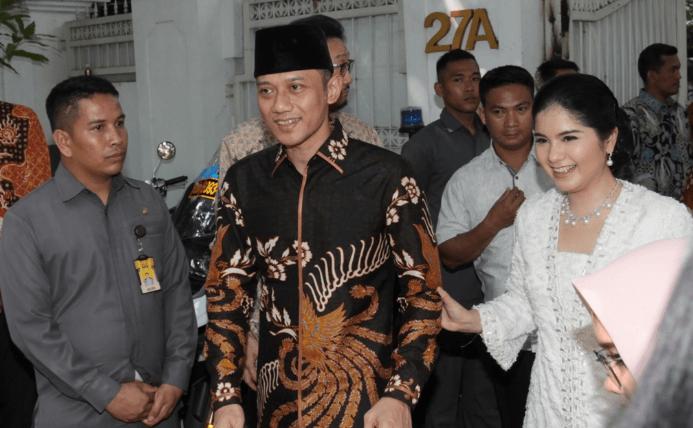 Agus Harimurti Yudhoyono (kiri) dan istri Annisa Pohan (kanan) saat menyambangii kediaman Presiden ke-5 Megawati Soekarnoputri untuk berhalalbihalal, di Jakarta, Rabu 5 Juni 2019. Foto: Antara