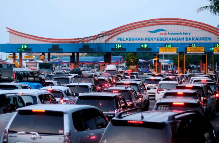 Pengendara mobil antre saat akan memasuki Tol Gate Pelabuhan Bakauheni Lampung Selatan, Lampung. Foto: Antara
