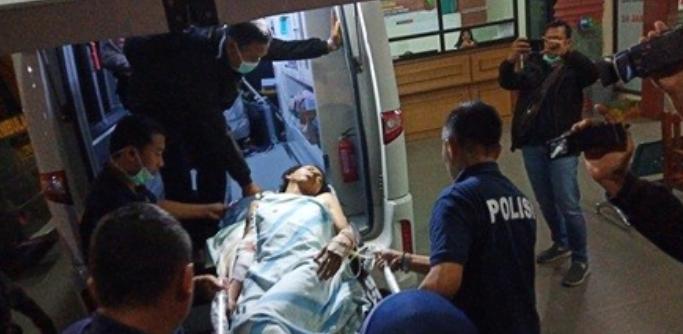 Pemindahan pelaku Pelaku bom bunuh diri di pos pengamanan (pospam) Kartasura, Sukoharjo, Jawa Tengah berinisial RA di IGD RS Bhayangkara, Semarang, Selasa 4 Juni 2018.