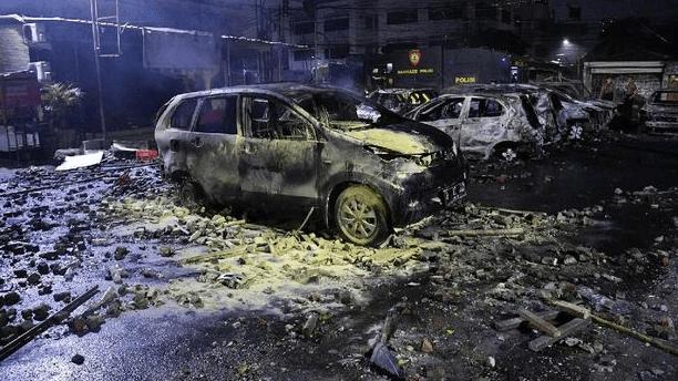 Mobil yang dibakar di asrama Brimob Petamburan.