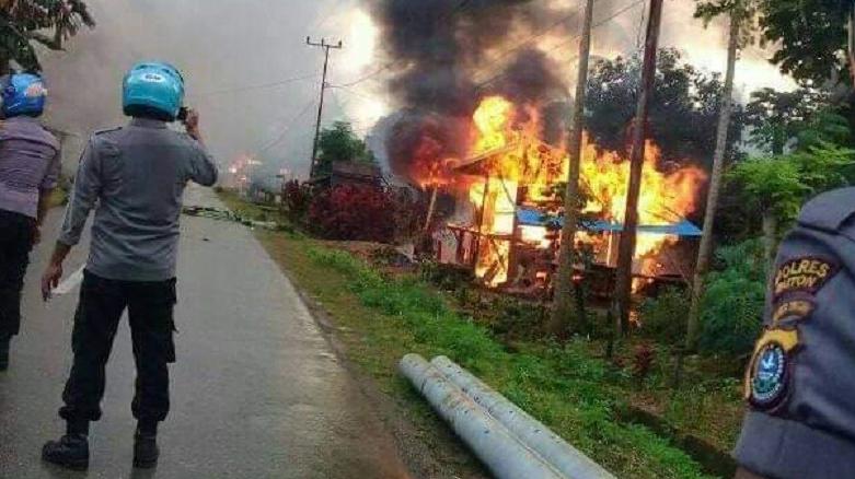 Petugas Polres Buton melakukan pengamanan di Desa Gunung Jaya, Kecamata Siotapina, Kabupaten Buton, Sulawesi Tenggara (Sultra), untuk mencegah bentrok susulan antara warga dua desa, Rabu (5/6/2019) sore.