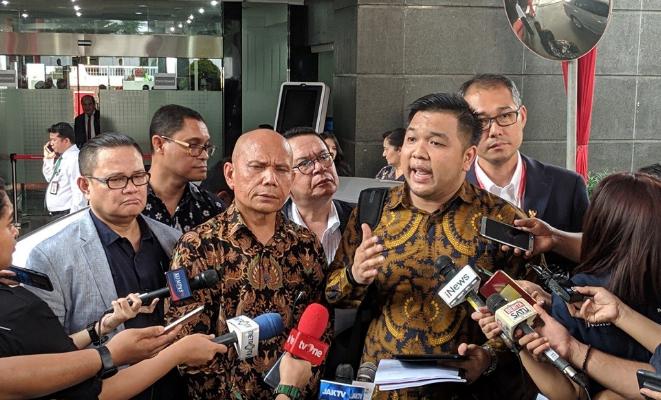 Juru bicara Forum Advokat Pengawal Pancasila (FAPP) Albert Aries saat berikan penjelasan kepada wartawan di gedung Mahkamah Konstitusi, Rabu 12 Juni 2019.