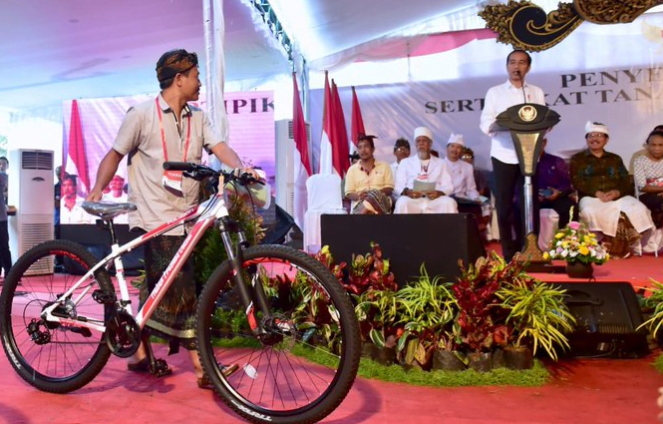 Presiden Jokowi saat bagikan sepeda kepada warga.