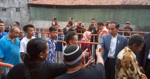Presiden Jokowi saat bagikan sembako kepada warga.
