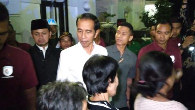 Presiden Joko Widodo (Jokowi) membagikan paket sembako kepada warga di depan Istana Kepresidenan Bogor, Kota Bogor, Jawa Barat.
