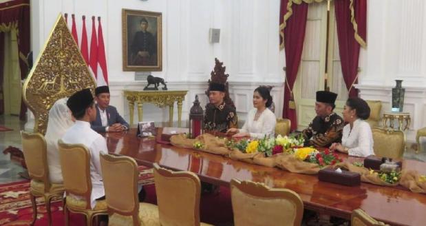 Presiden Jokowi, Ibu Negara Iriana dan Kaesang saat berbincang dengan Agus harimurti dan Ibas.
