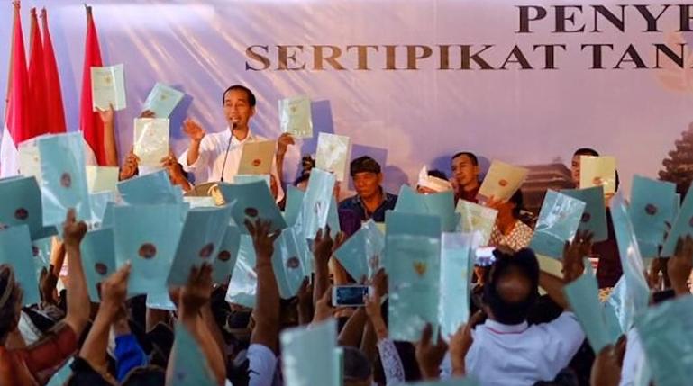 Presiden Jokowi saat bagi-bagi sertifikat tanah di Bali.