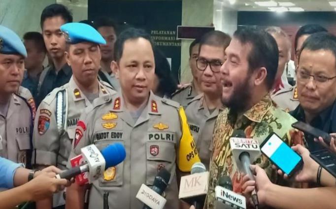 Kapolda Metro Jaya, Irjen Pol Gatot Eddy Pramono (kiri), bersama Ketua MK Anwar Usman. (Foto: Istimewa)