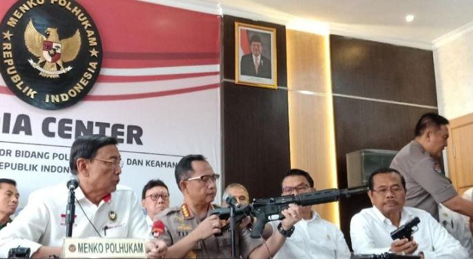 Kapolri Tunjukkan Senjata Serbu M-4 yang Sedianya Dipakai di 22 Mei.