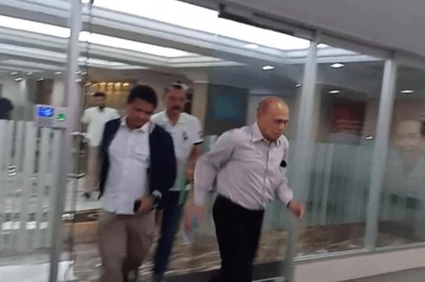Kivlan Zen menghindari wartawan dengan berlari setelah diperiksa sebagai saksi untuk tersangka Habil Marati.
