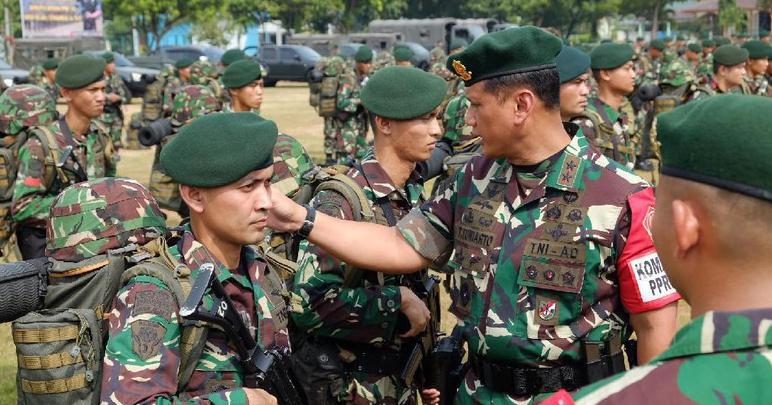 Komandan PPRC TNI Mayjen Tri Yuniarto mengecek pasukan.