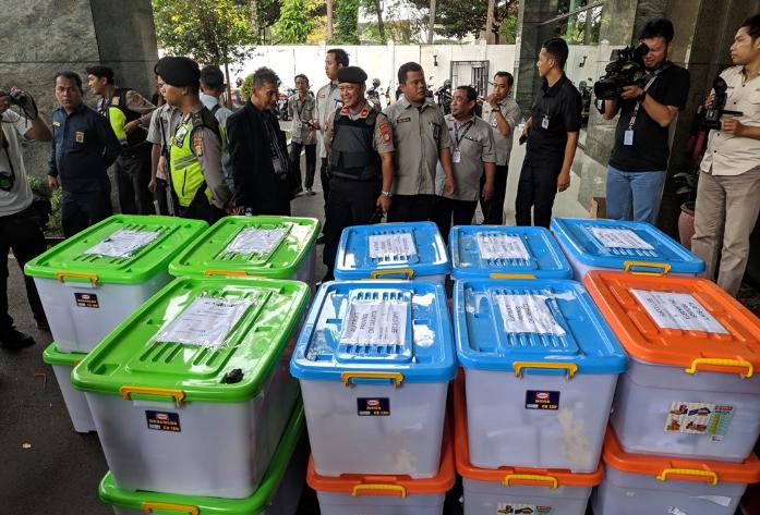 KPU menyerahkan kotak kontainer alat bukti ke Mahkamah Konstitusi, Rabu 12 Juni 2019.