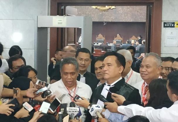 Anggota tim hukum Jokowi- Ma'ruf, Luhut MP Pangaribuan saat berikan penjelasan kepada wartawan.