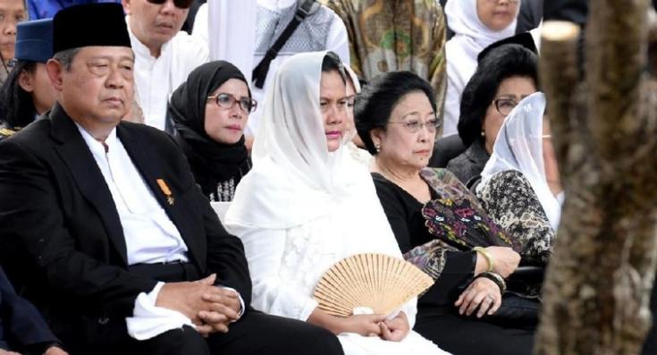 Megawati Soekarnoputri saat menghadiri pemakaman Ani Yudhoyono di TMP Kalibata.