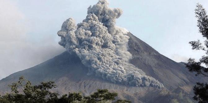 Gunung Merapi saat erupsi.