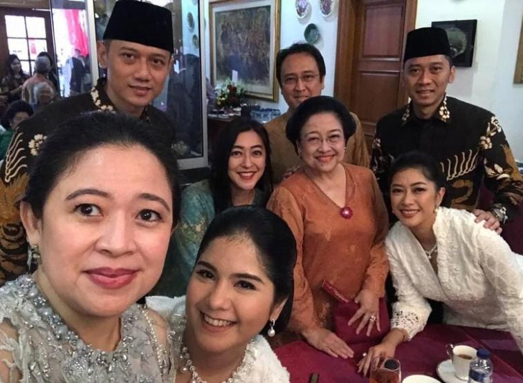 Foto bersama keluarga Megawati Soekarnoputri dengan AHY dan Ibas, Rabu (5/6/2019) (Foto: dok. Instagram Puan Maharani)
