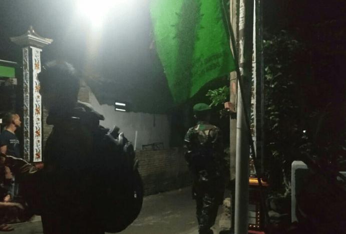 Pengamanan di sekitar rumah terduga pelaku bom bunuh diri Kartasura yang digeledah polisi.
