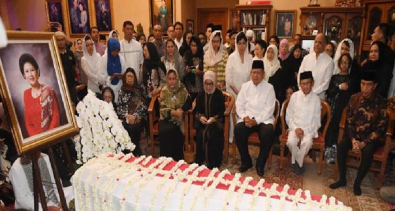 Presiden Jokowi dan BJ Habibie saat melayat Ani Yudhoyono.