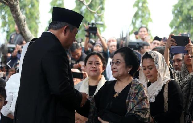 SBY saat bersalaman dengan Megawati Soekarnoputri.