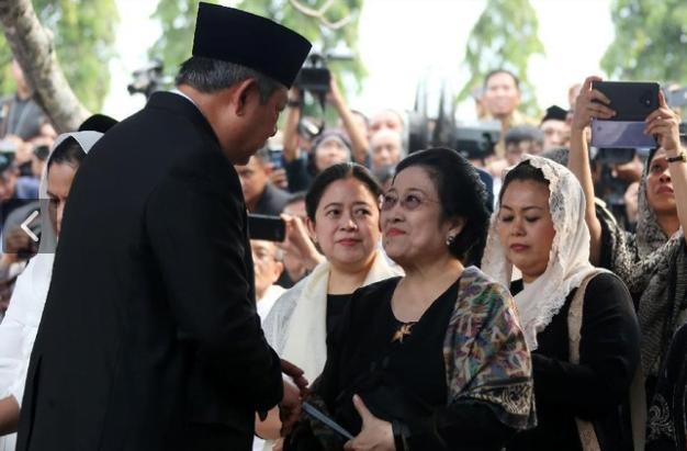 SBY saat salami Megawati Soekarnoputri.