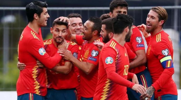 Timnas Spanyol lakukan selebrasi usai pertandingan.