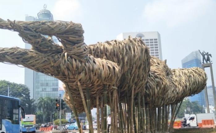 Instalasi seni bambu Getah Getih di Bundaran Hotel Indonesia (HI), Jakarta Pusat.