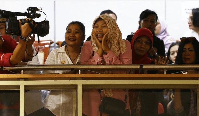 Baiq Nuril Maknun (tengah) menyaksikan rapat kerja Komisi III DPR dengan Menkumham di Kompleks Parlemen, Senayan, Jakarta, Rabu (24/7/2019). (Foto:Antara)