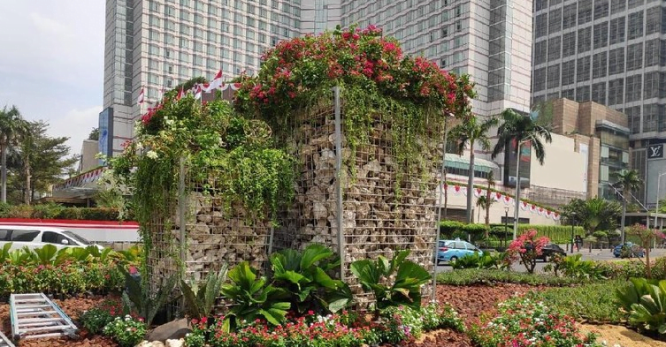 Instalasi batu gabion di Bundaran HI Jakarta Pusat.