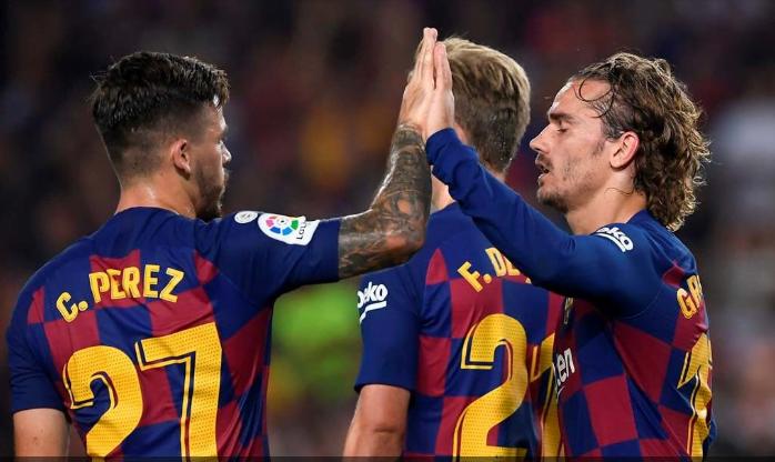 Penyerang Barcelona, Antoine Griezmann (kanan), merayakan gol yang dicetaknya ke gawang Real Betis.(AFP/Josep Lago)