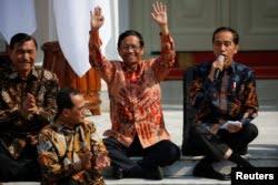 Mahfud MD saat namanya diumumkan sebagai Menteri Koordinator bidang Politik, Hukum, dan HAM oleh Presiden Joko Widodo, di Istana Kepresidenan, 23 Oktober 2019. (Foto: Reuters)