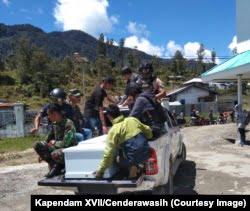 Proses evakuasi salah satu korban penembakan di Kabupaten Intan Jaya, Papua, Sabtu, 26 Oktober 2019. (Foto: Kapendam XVII/Cenderawasih)