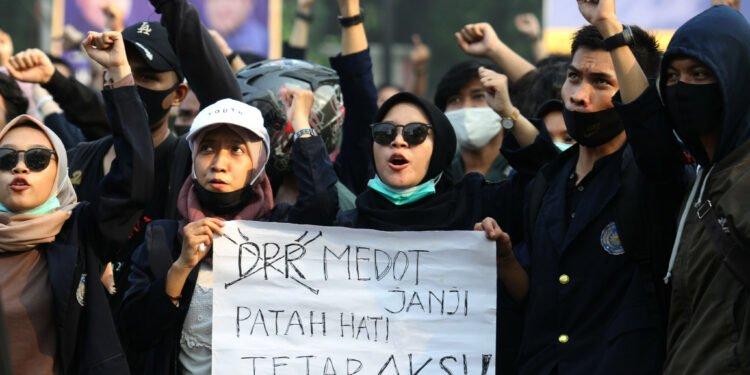 Sejumlah mahasiswa melakukan demonstrasi di Tugu Adipura, Kota Tangerang, Banten, Rabu, 7 Oktober 2020. Aksi tersebut sebagai penolakan atas pengesahan Undang-Undang Cipta Kerja oleh DPR. Foto: Panji Asmoro/TrenAsia