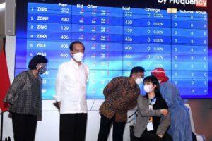 Jokowi Tinjau Vaksinasi Massal bagi Petugas Publik di Perbankan dan Pasar Modal