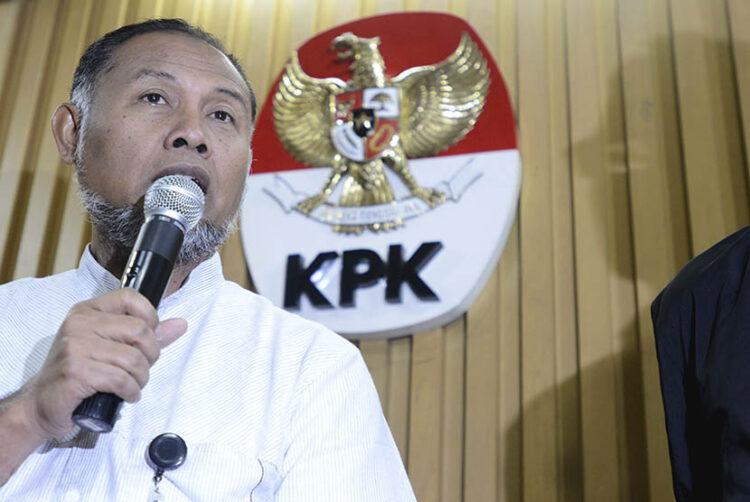 Wakil Ketua KPK Bambang Widjojanto melakukan jumpa pers di kantor KPK, Jakarta Selatan, Senin (26/1). Bambang menyatakan telah menyerahkan surat pengunduran diri pada pimpinan KPK terkait penetapan dirinya sebagai tersangka oleh Bareskrim Polri. ANTARA FOTO/Fanny Octavianus/Asf/pd/15.