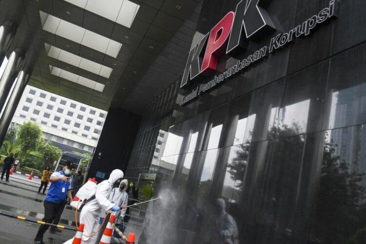 Petugas menyemprotkan cairan disinfektan di halaman Gedung KPK Merah Putih di Jakarta, Rabu (18/3/2020). Untuk mencegah penyebaran COVID-19, KPK melakukan disinfeksi di sejumlah area Gedung Merah Putih. ANTARA FOTO/Nova Wahyudi/wsj.