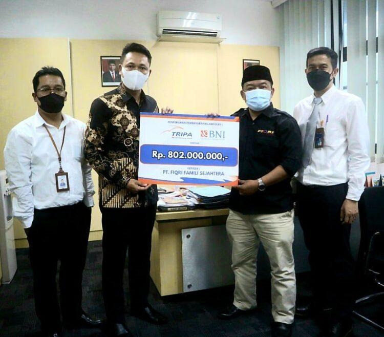 diserahkan langsung Kepala Cabang Asuransi Tripakarta Bandung Klaim diserahkan kepada nasabah, Haji Asep, yang juga pemiliki perusahaan bus Fiqri Famili Sejahtera di Cianjur, Jawa Barat, kemarin.