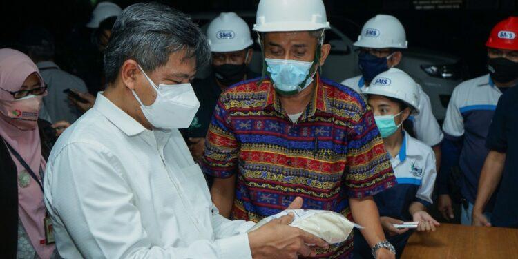 Plt. Direktur Jenderal Industri Agro Kementerian Perindustrian, Putu Juli Ardika mendengarkan penjelasan dari Direktur Operasional PT Sukses Mantap Sejahtera (SMS) Izmirta Rachman mengenai produksi gula di PT SMS, Dompu, Nusa Tenggara Barat